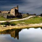 Ruinas junto al lago.