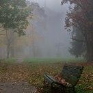 Panchina e Chiesa nella nebbia
