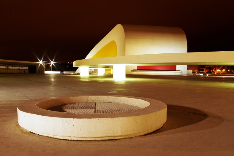Niemeyer in the night