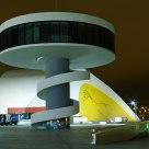 Noche sobre el Niemeyer