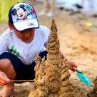 玩沙子的儿童